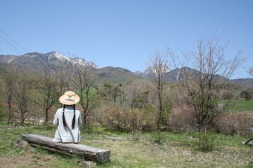 高原牧場から八ヶ岳を望む少女