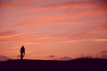 Mann fahren Mountainbike Sonnenaufgang
