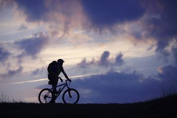 Mann Mountainbike Wolken blau