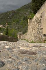 Antica strada in ciottoli in un paesino in montagna