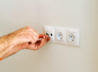 Electricista instalando los enchufes