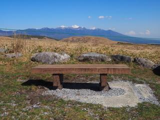 高原で展望の見えるベンチ