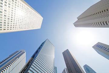 新宿の高層ビルと青空