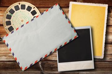 vintage postale e fotografico su fondo legno