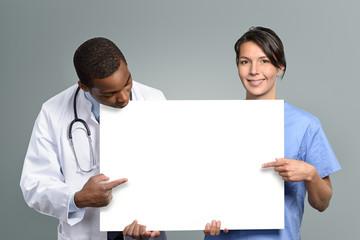 Multi-Ethnisches Mediziner Team hält ein weißes Plakat