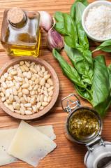 Salsa pesto y los ingredientes para prepararla