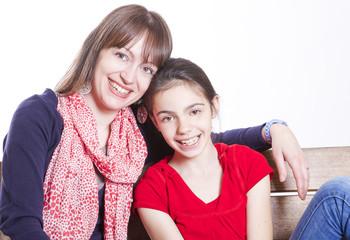 Mamma e figlia su una panchina