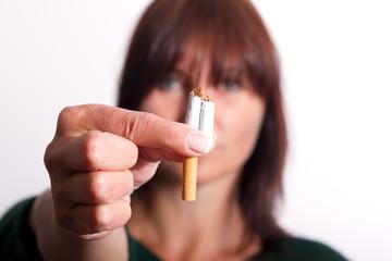 zerbrochenen Zigarette, unscharf und isoliert