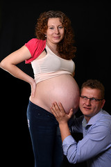 Jeune couple heureux attendent bébé