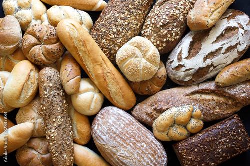 Zdjęcia na płótnie, fototapety na wymiar, obrazy na ścianę : Many mixed breads and rolls shot from above.