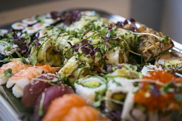 Tablett mit japanischem Sushi / Catering
