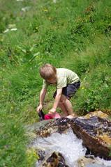enfant en randonnée - rafraîchissement