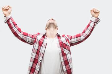 uomo che alza le braccia per esultare dalla gioia del successo