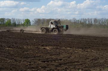 Трактор в весеннем поле