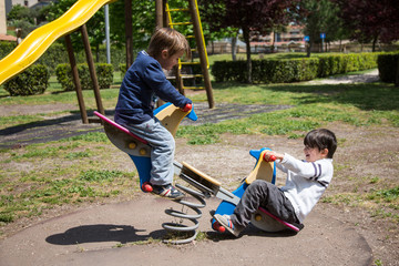 Due fratelli che giocano in un giardino pubblico