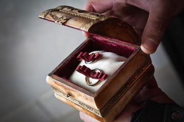 Fedi nuziali in cofanetto in legno e raso rosso