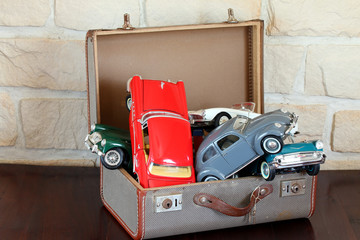 Automodelle für Sammler in altem Koffer gestapelt