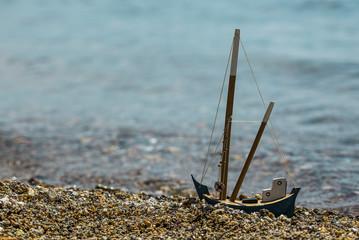 Sahilde küçük gemi