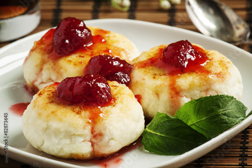 Foto: Homemade cottage cheese pancakes with strawberry jam, selective