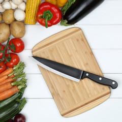 Vegetarisch kochen Essen zubereiten Brett mit Gemüse und Messer