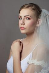 Portret kobiety w welonie i makijażu