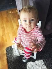 Bebé sentado en una sillita