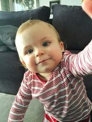 Bebé haciéndose un selfie