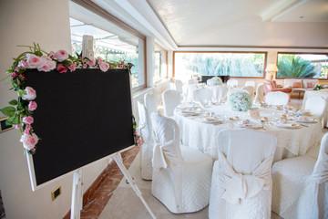 Lavagna segnaposti in sala per pranzo matrimoniale