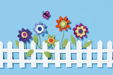 gehäkelte Blumen im Garten
