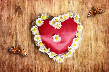 Rotes Herz mit Weissen margeriten