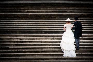 Coppia di sposi che sale una scalinata