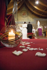 Coppia di sposi durante la cerimonia in chiesa