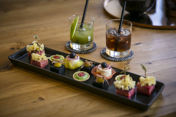 Tablett mit Catering / Canapé & Long Drinks