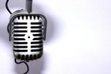Micrófono de cinta sobre fondo blanco
