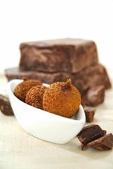 Morceaux de chocolat et litchi frais dans un bol blanc.