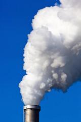 rauchende Schlote einer Fabrik