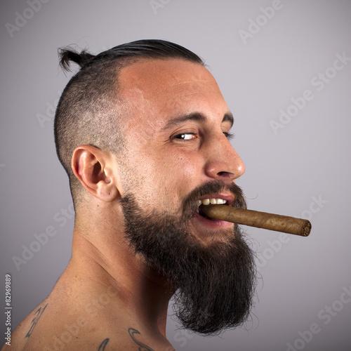 Joven hipster sosteniendo puro entre los dientes © ricardoferrando