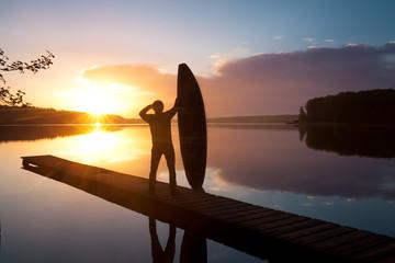 Surfer blickt auf See