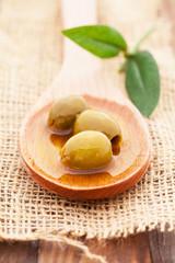 Oliven auf einem Holzlöffel