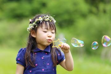 しゃぼん玉で遊ぶ女の子