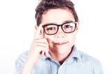 Adolescente con occhiali da vista