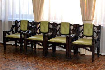 Четыре стула в гостинной комнате