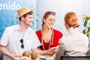 Paar im Reisebüro bucht Ferien Reise