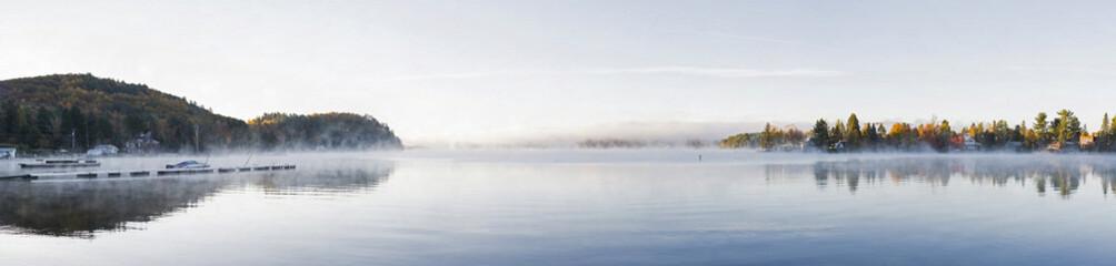panorama d'un lac au levé du soleil pendant l'été indien