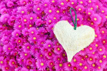 Un cuore sopra un tappeto di fiori # 2