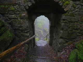 Ausgang aus einer alten Burganlage