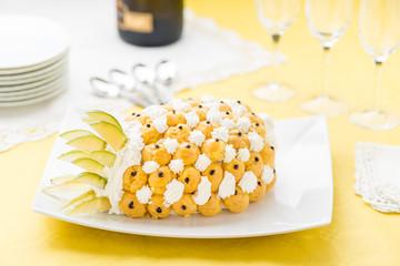Dolce semifreddo a forma di ananas  su un  piatto