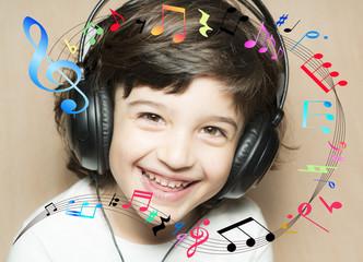 Niña escuchando música con auriculares
