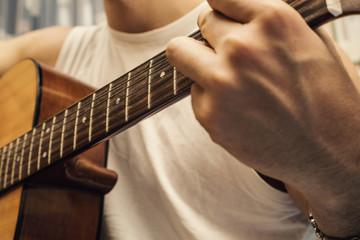 musicista con chitarra