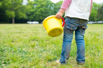 裸足で遊ぶ子供